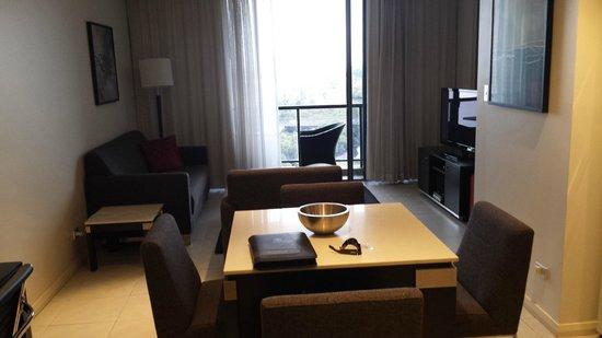 Meriton Serviced Apartments George Street, Parramatta: Lounge room & balcony
