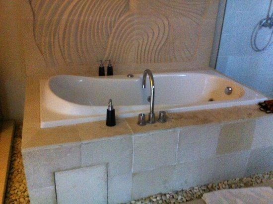 The Jineng Villas: huge bathroom with tub