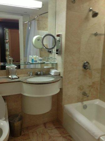 Omni Berkshire Place: Bathroom