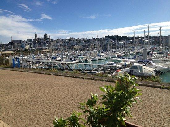 Hotel ibis Granville Port de Plaisance: vue de Granville de la terrasse