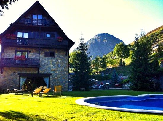 Hotel de Tredòs: Piscina y jardín
