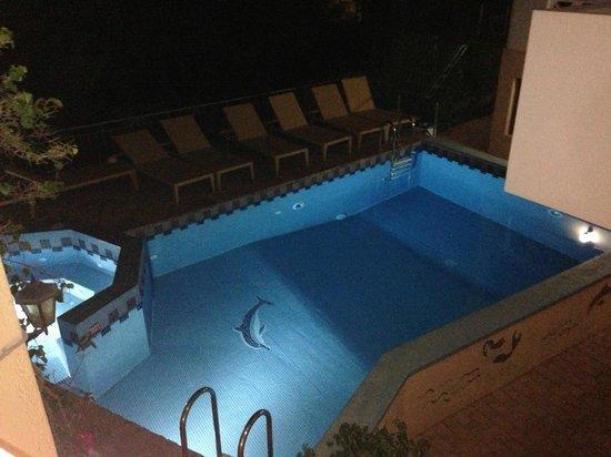 Romantica Apartments : Piscina di notte