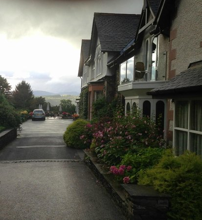Linthwaite House: Entrance driveway to hotel