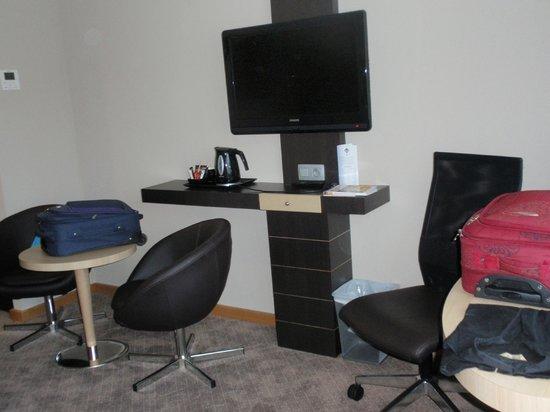 novotel brussels midi station la televisin la mesas y el escritorio