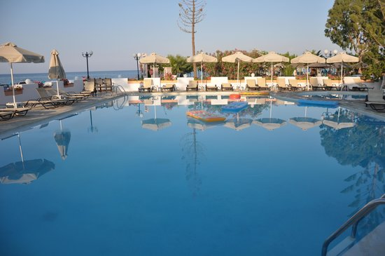 Georgioupolis Beach Hotel : Pool and ocean view