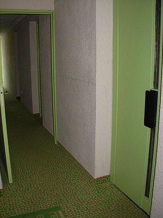 Hotel Castel Vecchio : couloir menant aux chambres et porte ascenseur (tout petit)