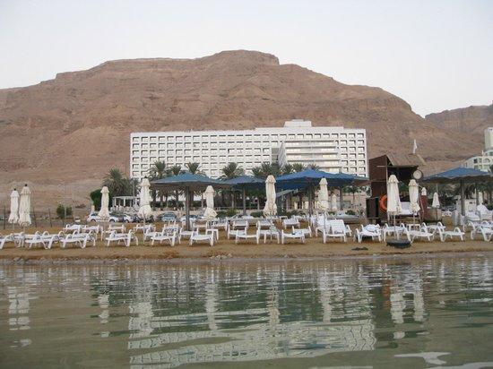 Isrotel Dead Sea Hotel & Spa: Вид с воды.
