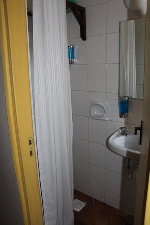 Kenya Comfort Hotel: Shower and sink