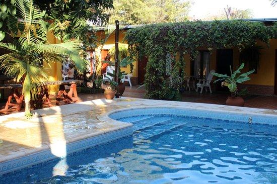 Puerto Canoas: Pileta y alrededores del hotel junto a las primeras habitaciones