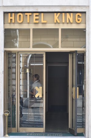 King Hotel: Entrance of Hotel King in Rome