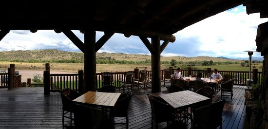 The Lodge and Spa at Brush Creek Ranch : lodge outdoor dining