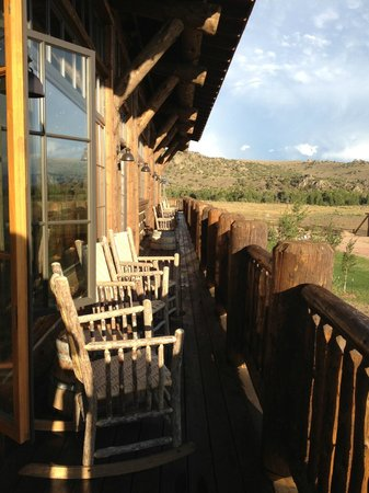 The Lodge and Spa at Brush Creek Ranch : lodge upper porch
