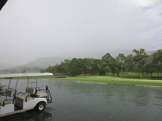 Alpine Golf Resort - Chiangmai: Heavy rain clouds