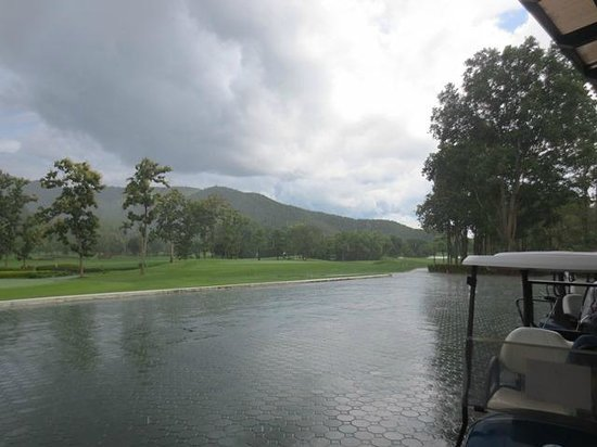 Alpine Golf Resort - Chiangmai: rain clouds coming