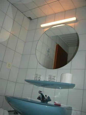 Hotel du Commerce : Fissuration dans la salle de bain