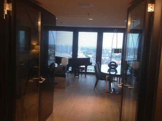 Hyatt Regency Düsseldorf: Living room in the suite