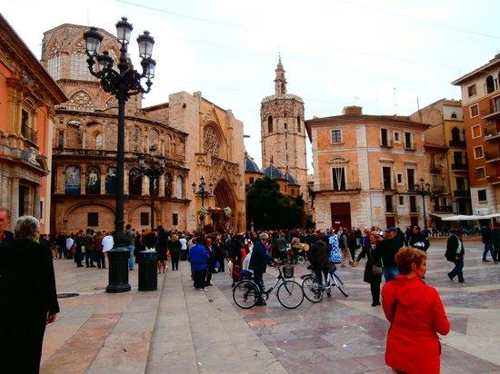 Hotel Beleret: Op de achtergrond de toren van de kathedraal en links een prachige kapel