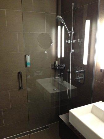 Atlantic Hotel Lubeck : Dusche mit Glaswand