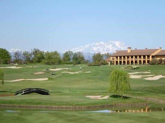 Golf Club Castelconturbia: Loch 7 mit Clubhaus und Monte Rosa
