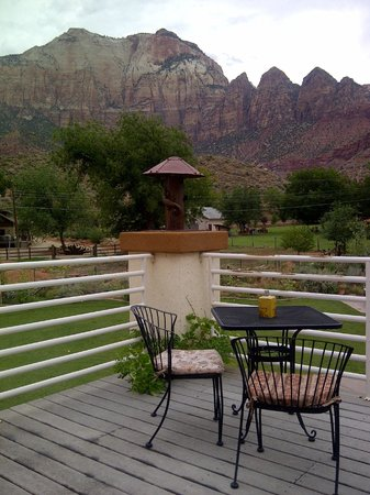Zion Canyon Bed and Breakfast : Part of the terrace (and the view) of the Hidden Canyon room