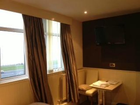 Staincliffe Hotel: Fitted Curtains