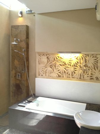 Villa Bintang Baru: Open air shower in bathroom - Honeymoon Suite