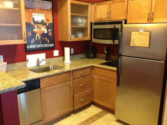 Residence Inn Sebring: Great kitchen, even included popcorn, bowls, plates, silver...