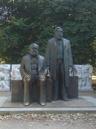 Marx-Engels-Forum: statue di Marx e di Engels