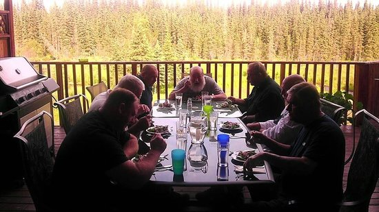 Crooked Creek Retreat & Outfitters: dinner at the lodge on the deck