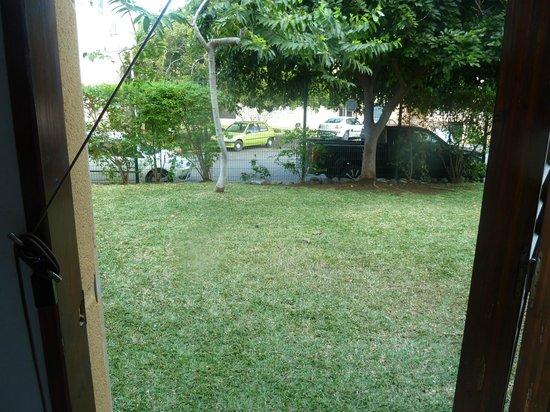 Residence Tropic Appart'hotel : vue de la cuisine avec la porte ouverte