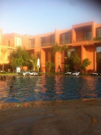 Hotel Rawabi Marrakech & Spa: piscine en fin de journée