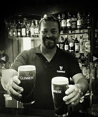 Slattery's Traditional Irish Bar : Pat serving the best Guinness in Lanzarote
