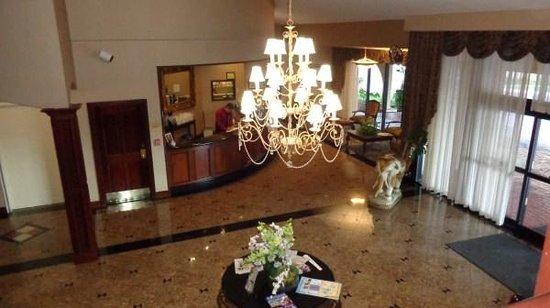 Best Western Plus Heritage Inn: Looking down on lobby