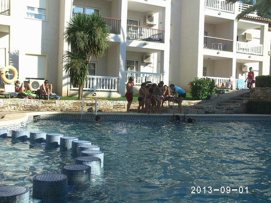 Ona Ogisaka Garden: LOs niños en una de las actividades frente a la piscina
