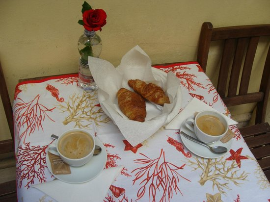 Casa Linnea : La nostra colazione sul terrazzino (tovaglietta comprata a Roma, rosa regalata da un ambulante)