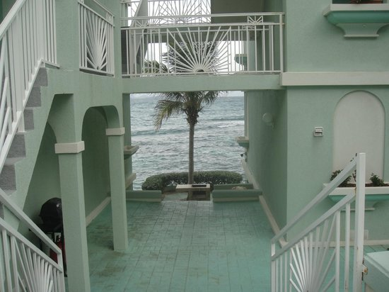 Oyster Bay Beach Resort: Breezeway