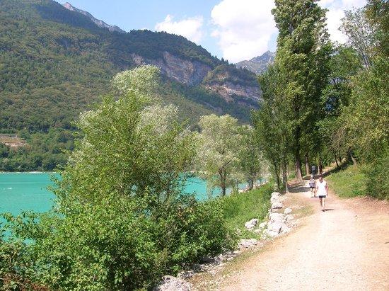 Tenno, Italy: Water, groen en bergen. Meer moet dat niet zijn.