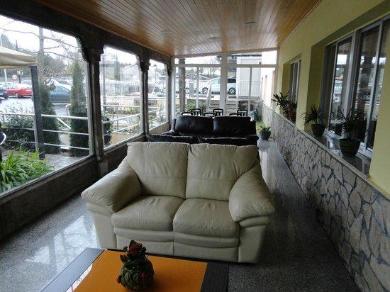 Hotel Garcas: Porche entrada