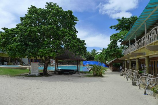 Malapascua Legend : The swimming pool, and rooms on both sides of the pool
