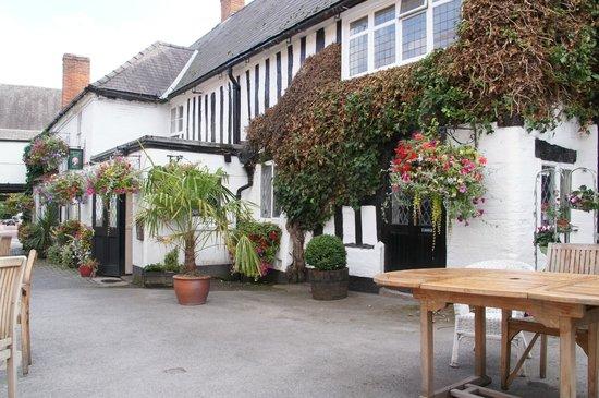 Saracens Head Hotel: Inner yard with the restaurant
