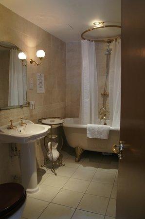 Saracens Head Hotel: King Charles suit, bathroom