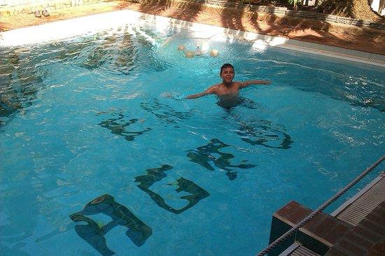 Hotel Castillo El Milagro: MI HIJO EN PISCINA