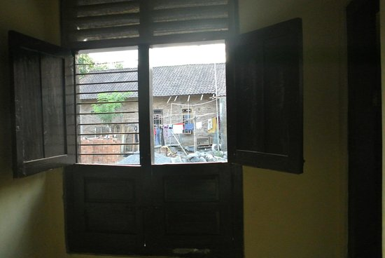 Lotus Guest House: wooden window