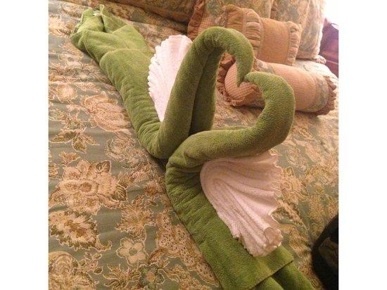 Grand Caribe Belize Resort and Condominiums : Master bedroom towel art
