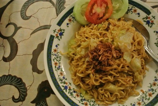 Lotus Guest House: typical local instant fried noodle, delicious n big potion (4 star)