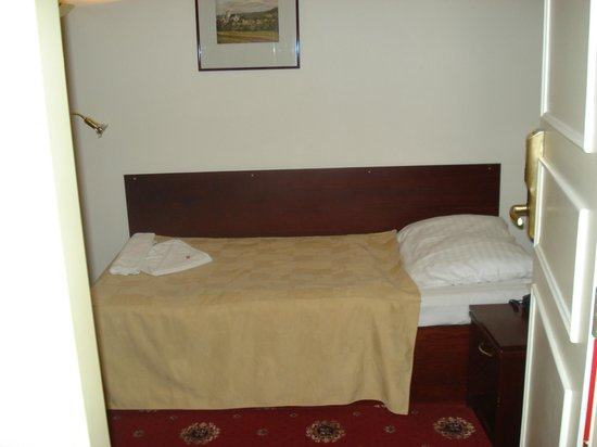 Hotel City Inn : Cama poco mas grande que una cuna
