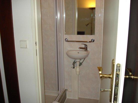 Hotel City Inn: Baño enano, fijénse en el lavamanos