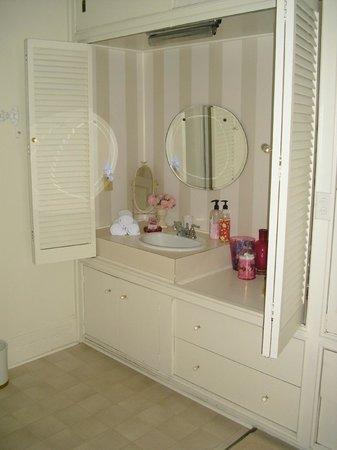 Hillcrest Inn: Sink in the bathroom
