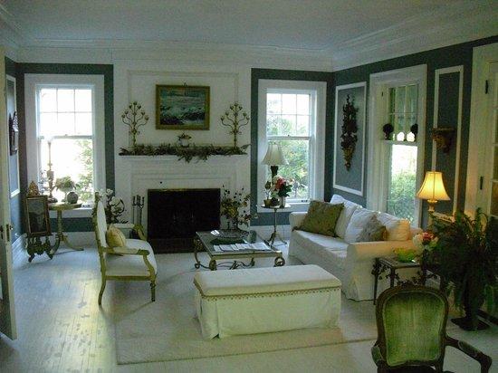 Hillcrest Inn: Living room