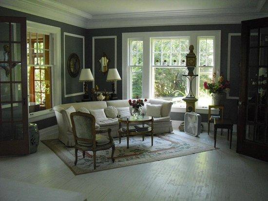 Hillcrest Inn : Living room area